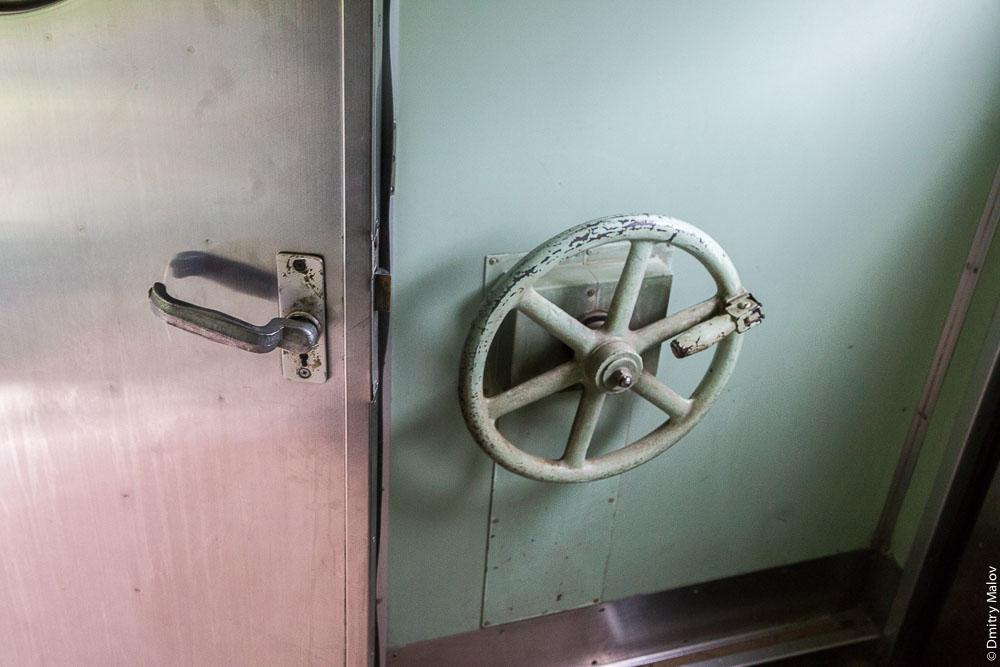 Железнодорожный ручной тормоз. Внутри дизель-поезда Д2, Сахалин. Inside D2 diesel train, Sakhalin, Russia.