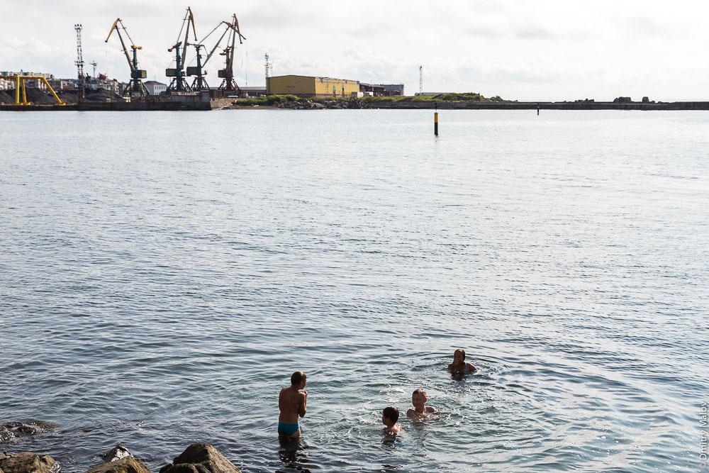 Дети купаются в парке рядом с Морским торговым портом Холмска, Сахалин. Kids swimming near Kholmsk port, Sakhalin, Russia.