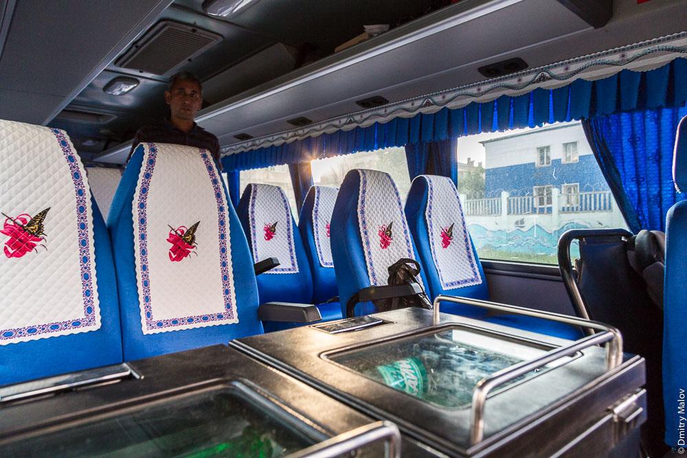 Антимакассары, салфетки-подголовники в японском/корейском/азиатском туристическом автобусе, Холмск, Сахалин. Antimacassars, napkins on headrests in a Japanese / Korean / Asian tourist bus, Kholmsk, Sakhalin, Russia.
