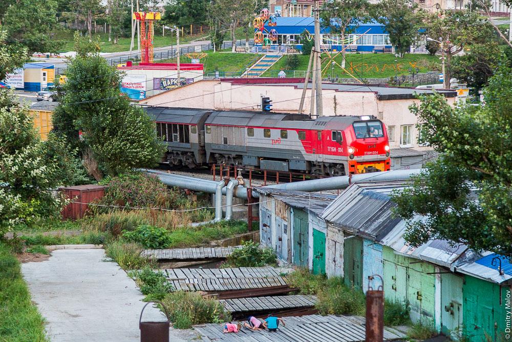 Тепловоз ТГ16М-004, играют дети, вид из окна, гостиница Холмск, Сахалин. A view from Kholmsk hotel, Sakhalin, Russia. TG16М diesel engine; kids playing
