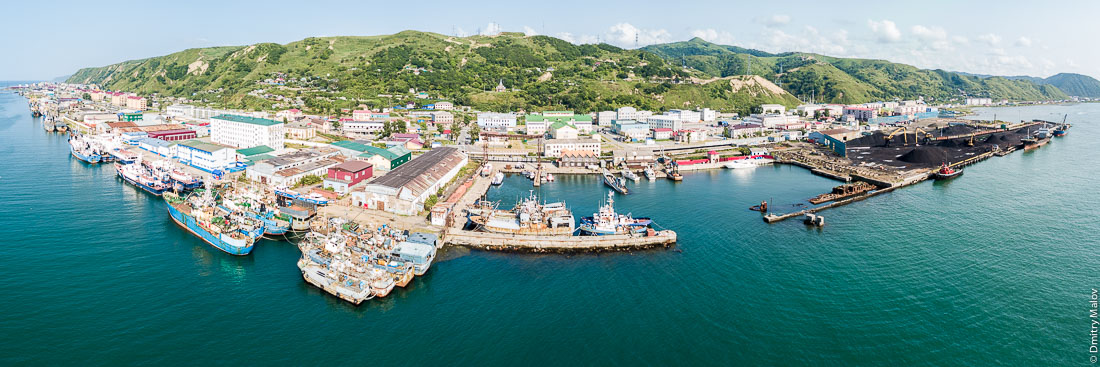 Панорама порта и центра города Невельска с дрона, Сахалин, аэрофотосъемка. Aerial panorama of the port and town centre of Nevelsk, Sakhalin, Russia. Drone photo.