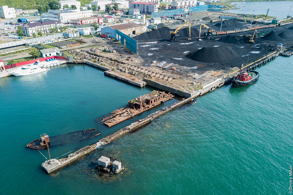 Панорама угольного порта города Невельска с дрона, Сахалин, аэрофотосъемка. Aerial panorama of the coal port of Nevelsk, Sakhalin, Russia. Drone photo.