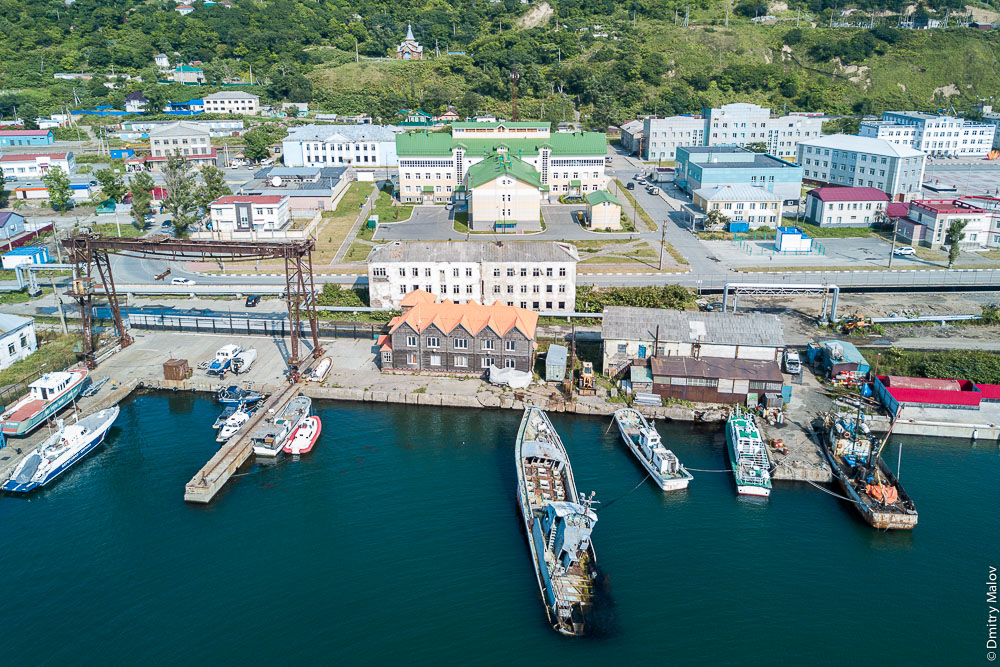 Панорама порта города Невельска с дрона, Сахалин, аэрофотосъемка. Aerial panorama of the port of Nevelsk, Sakhalin, Russia. Drone photo.