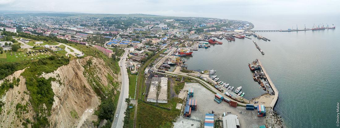 Панорама порта и центра города Корсаков с дрона, Сахалин, аэрофотосъемка. Aerial panorama of the port and town centre of Korsakov, Sakhalin, Russia. Drone photo.