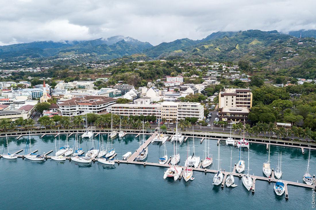 Полёт над городом и яхтенным портом Папеэте, Таити, Французская Полинезия. Aerial view of the city and the port of Papeete, Tahiti, French Polynesia