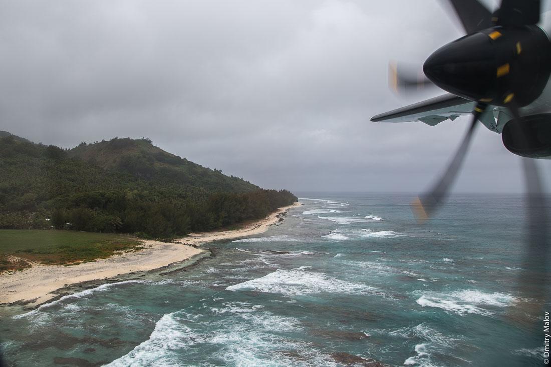Прибытие на Руруту, острова Острал (Тубуаи) из окна ATR 72-600, Французская Полинезия. Arrival to Rurutu, Austral (Tubuai) Islands on ATR 72-600, French Polynesia.