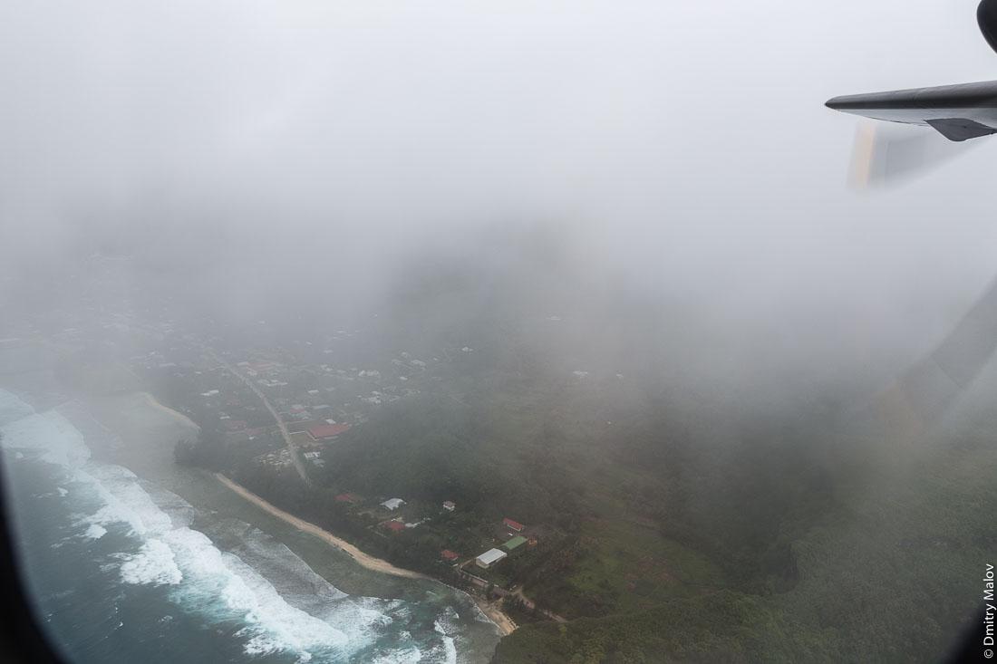 Вылет с Руруту, острова Острал (Тубуаи) из окна ATR 72-600, Французская Полинезия. Departure from Rurutu, Austral  (Tubuai) Islands on ATR 72-600, French Polynesia.