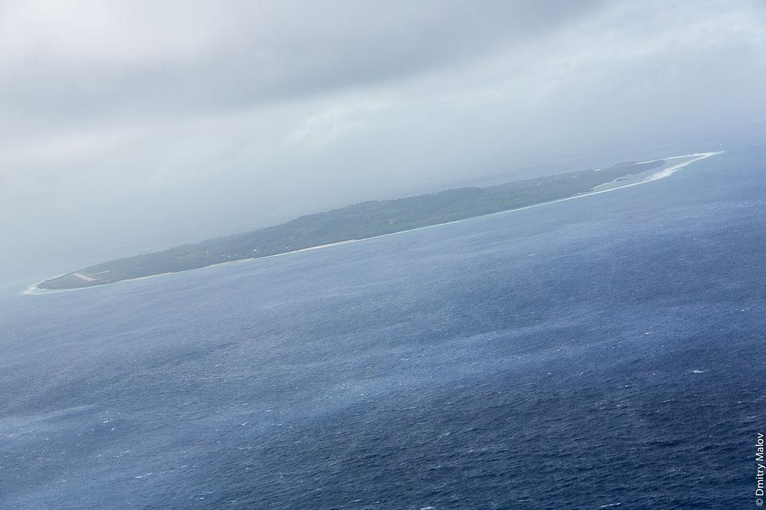 Остров Риматара, архипелаг Острал (Тубуаи), аэрофотосъемка, Французская Полинезия. Aerial view of Rimatara island, Austral (Tubuai) Islands, French Polynesia.