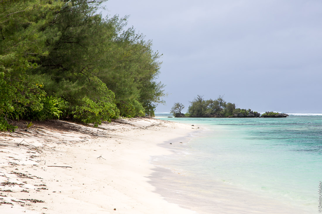 Пляж около деревни Анапото, Риматара, архипелаг Острал (Тубуаи), Французская Полинезия. A beach near Anapoto village, Rimatara, the Austral archipelago (Tubuai), French Polynesia.