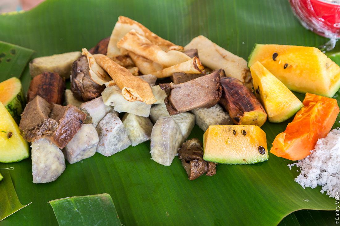 Полинезийская еда, полинезийский стол: блины, папайя, кокосовая пудра, таро, арбуз. Polynesian food, Polynesian table. pancakes, papaya, coconut powder, taro, watermelon