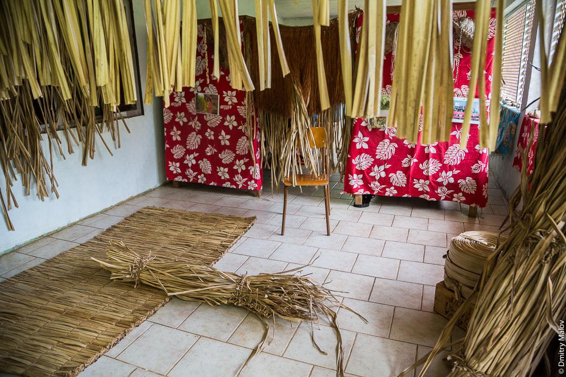 Artisan shop. Деревня Анапото, Риматара, архипелаг Острал (Тубуаи), Французская Полинезия. Anapoto village, Rimatara, the Austral archipelago (Tubuai), French Polynesia.