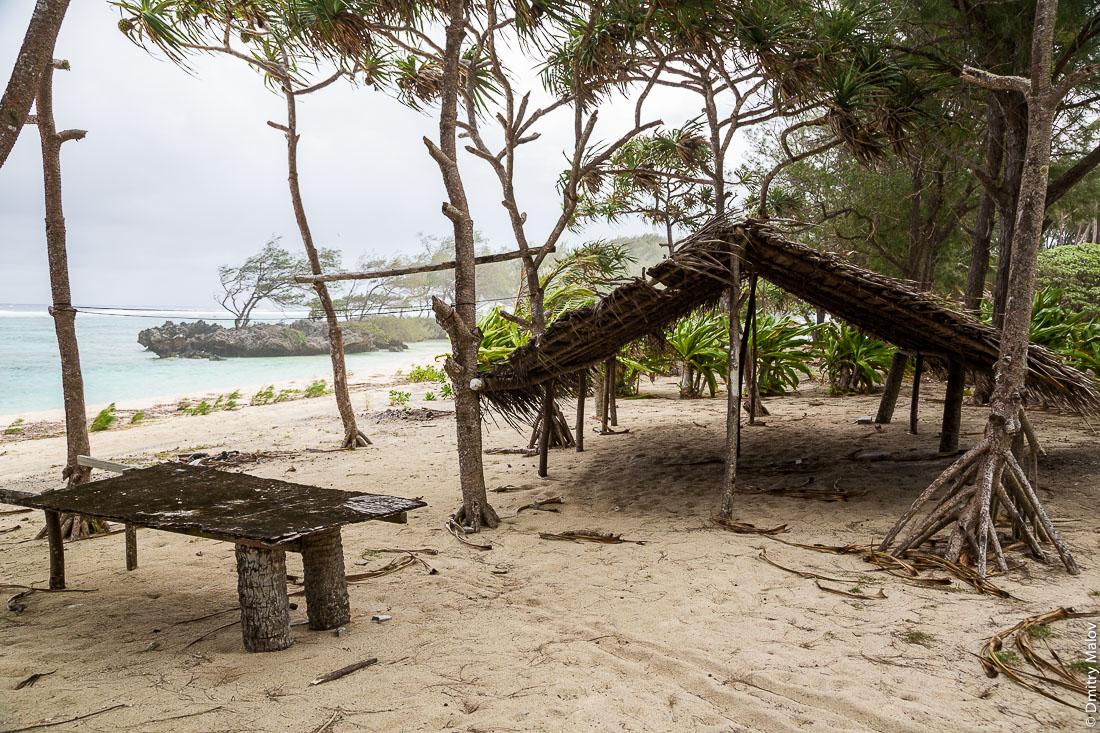 Пляж около деревни Мутуаура, Риматара, архипелаг Острал (Тубуаи), Французская Полинезия. A beach near Mutuaura village, Rimatara, the Austral archipelago (Tubuai), French Polynesia.