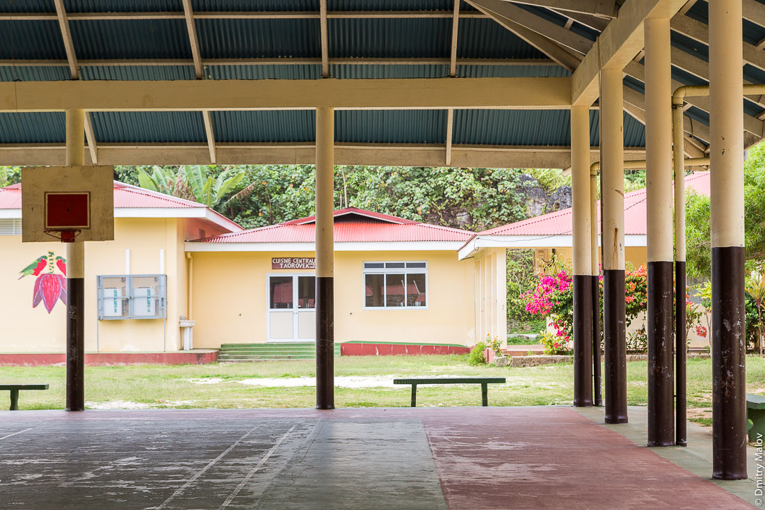 Начальная школа. Амару, остров Риматара, архипелаг Острал (Тубуаи), Французская Полинезия. Groupe scolaire primaire Rimatara in Amaru village, Rimatara, Austral archipelago (Tubuai), French Polynesia.