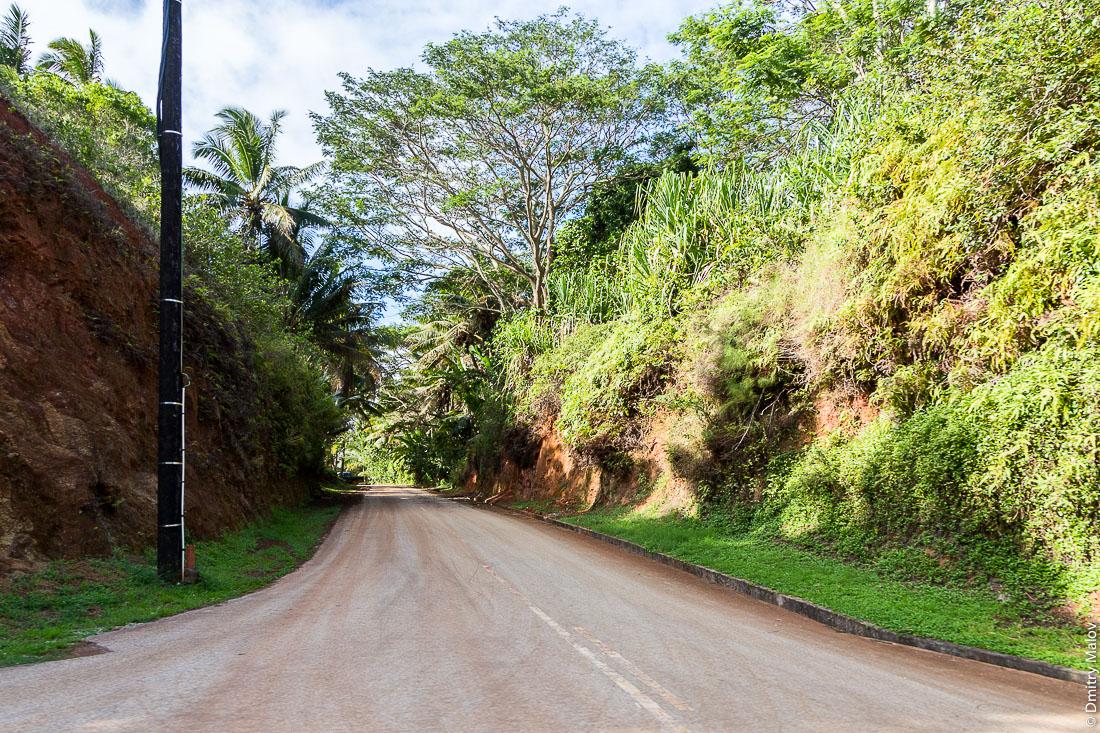 Дорога вокруг острова Риматара, около аэропорта, архипелаг Острал (Тубуаи), Французская Полинезия. A road around the island near the airport, Rimatara, the Austral archipelago (Tubuai), French Polynesia.