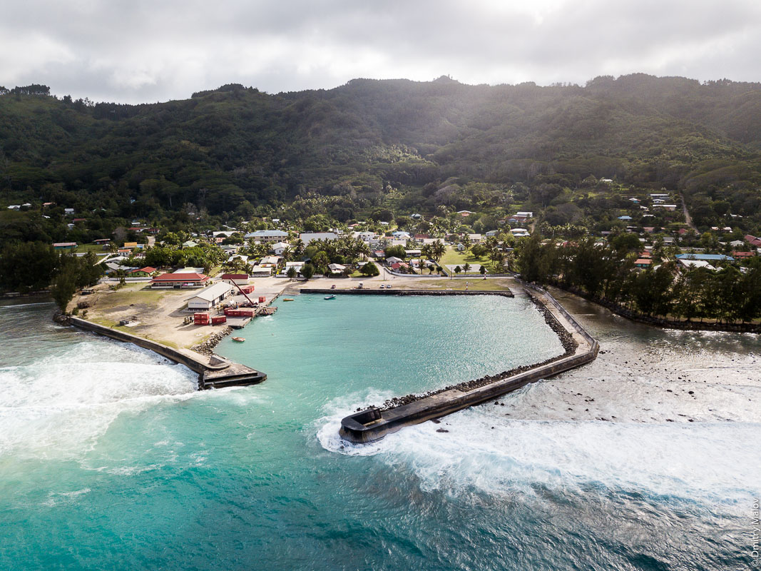Порт Моэраи, остров Руруту, архипелаг Острал (Тубуаи), Французская Полинезия. Арофотосъёмка с дрона. The port of Moerai, Rurutu, the Austral islands (Tubuai), French Polynesia. An aerial drone photo.