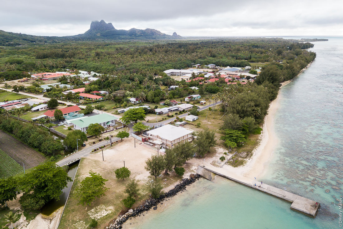 Посёлок Матаура, остров Тубуаи, архипелаг Острал, Французская Полинезия. Арофотосъёмка с дрона. Mataura village, Tubuai, the Austral islands, French Polynesia. An aerial drone photo.