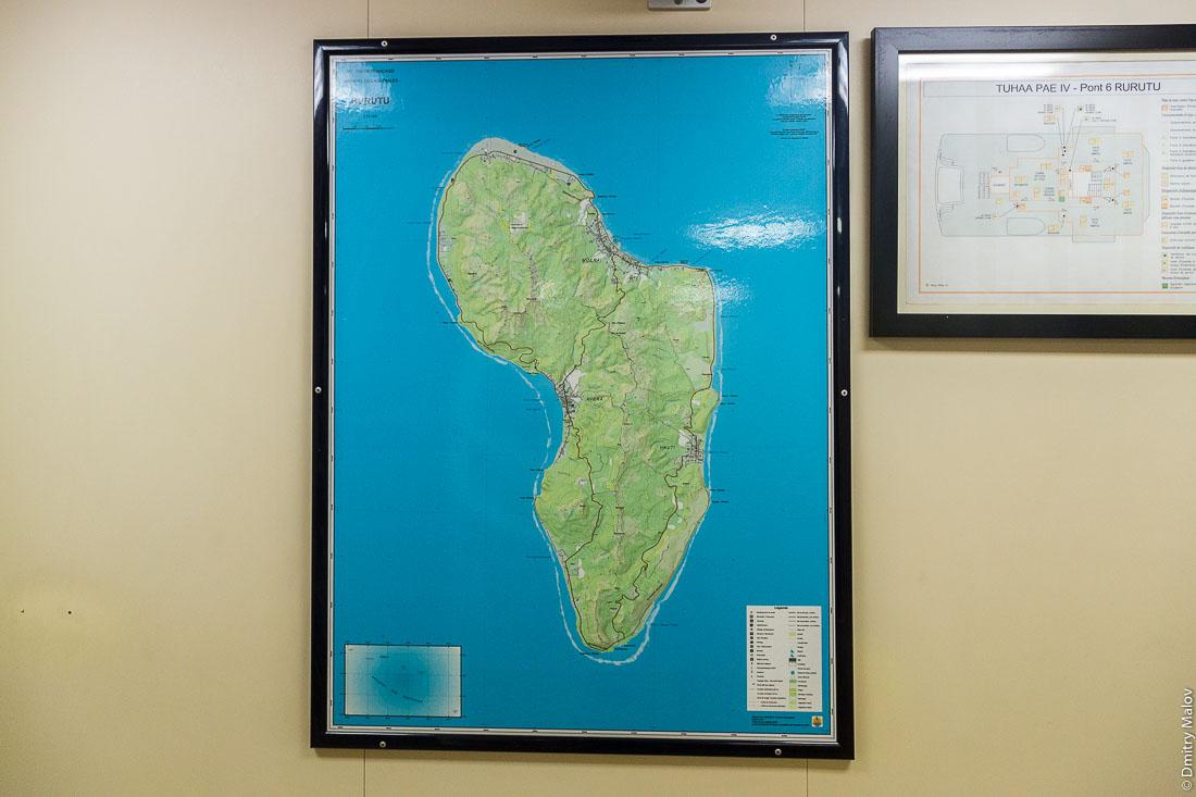 Карта Руруту внутри корабля Tuhaa Pae IV на рейде Моэраи, остров Руруту, архипелаг Острал (Тубуаи), Французская Полинезия. Map of Rurutu iside of ship Tuhaa Pae IV, Rurutu, the Austral islands (Tubuai), French Polynesia.