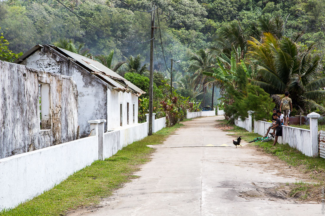На улицах Аути (Хаути), остров Руруту, архипелаг Острал (Тубуаи), Французская Полинезия. Hauti village, Rurutu, the Austral islands (Tubuai), French Polynesia.