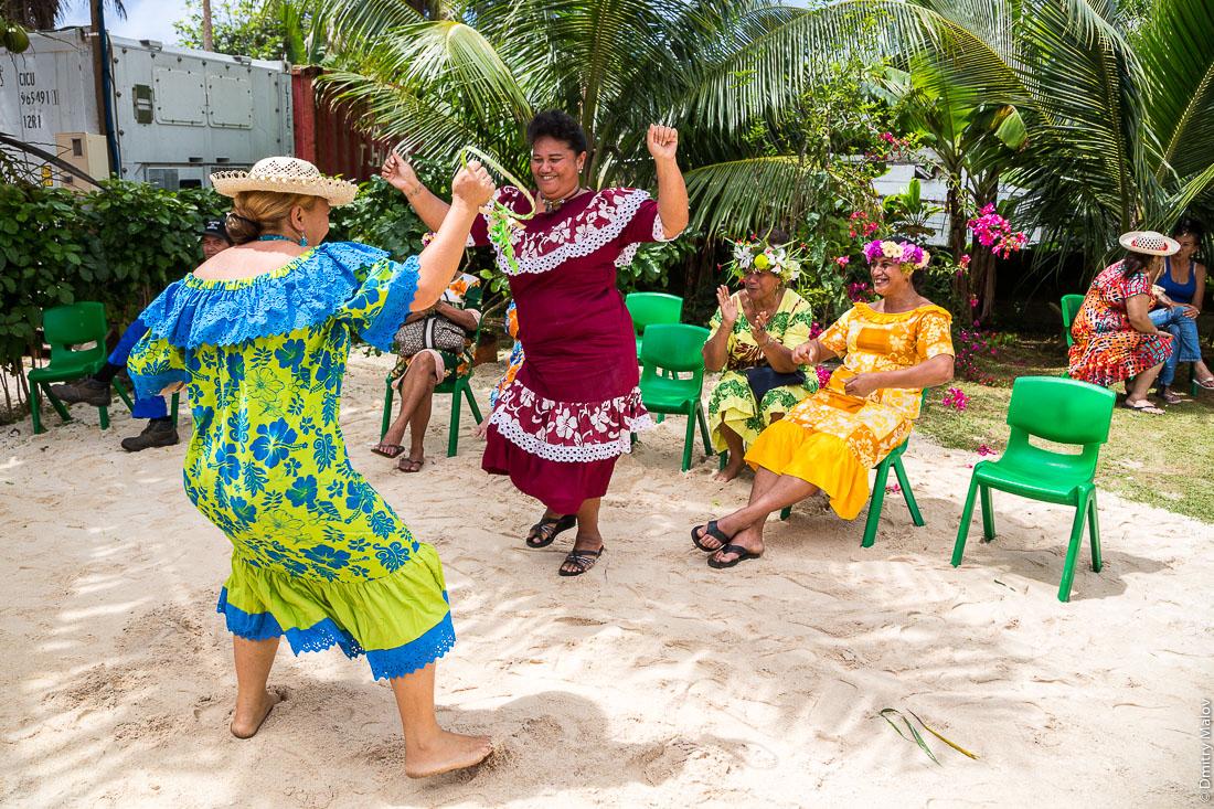 Полинезийки танцуют на полинезийской свадьбе. Аути, остров Руруту, архипелаг Острал (Тубуаи), Французская Полинезия. Hauti village, Rurutu, the Austral islands (Tubuai), French Polynesia. Polynesian Wedding, Polynesian women dancing
