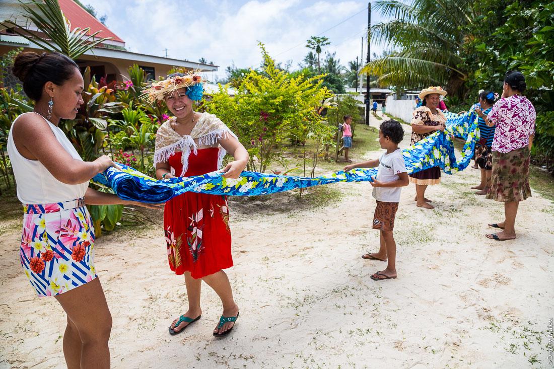 На полинезийской свадьбе обматываются тканью и танцуют. Хаути, остров Руруту, архипелаг Острал (Тубуаи), Французская Полинезия. Hauti village, Rurutu, the Austral islands (Tubuai), French Polynesia. Polynesian Wedding, Polynesian people wrapping in cloth and dancing