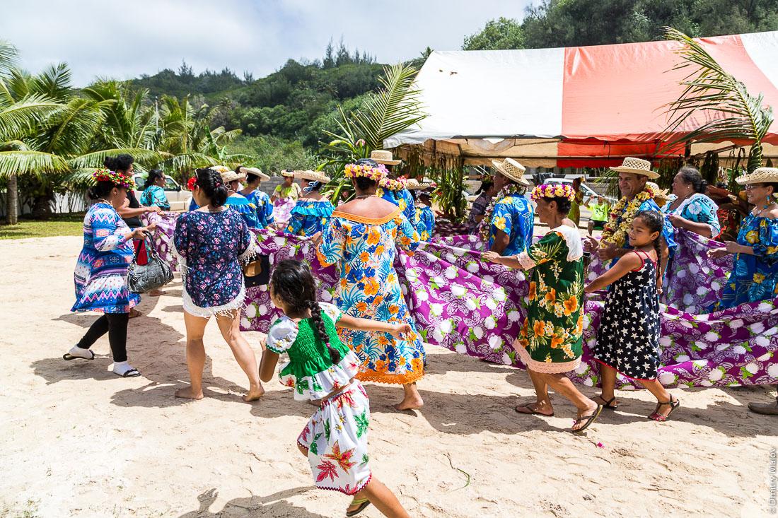 На полинезийской свадьбе обматываются тканью и танцуют. Деревня Хаути, остров Руруту, архипелаг Острал (Тубуаи), Французская Полинезия. Hauti village, Rurutu, the Austral islands (Tubuai), French Polynesia. Polynesian Wedding, Polynesian people wrapping in cloth and dancing