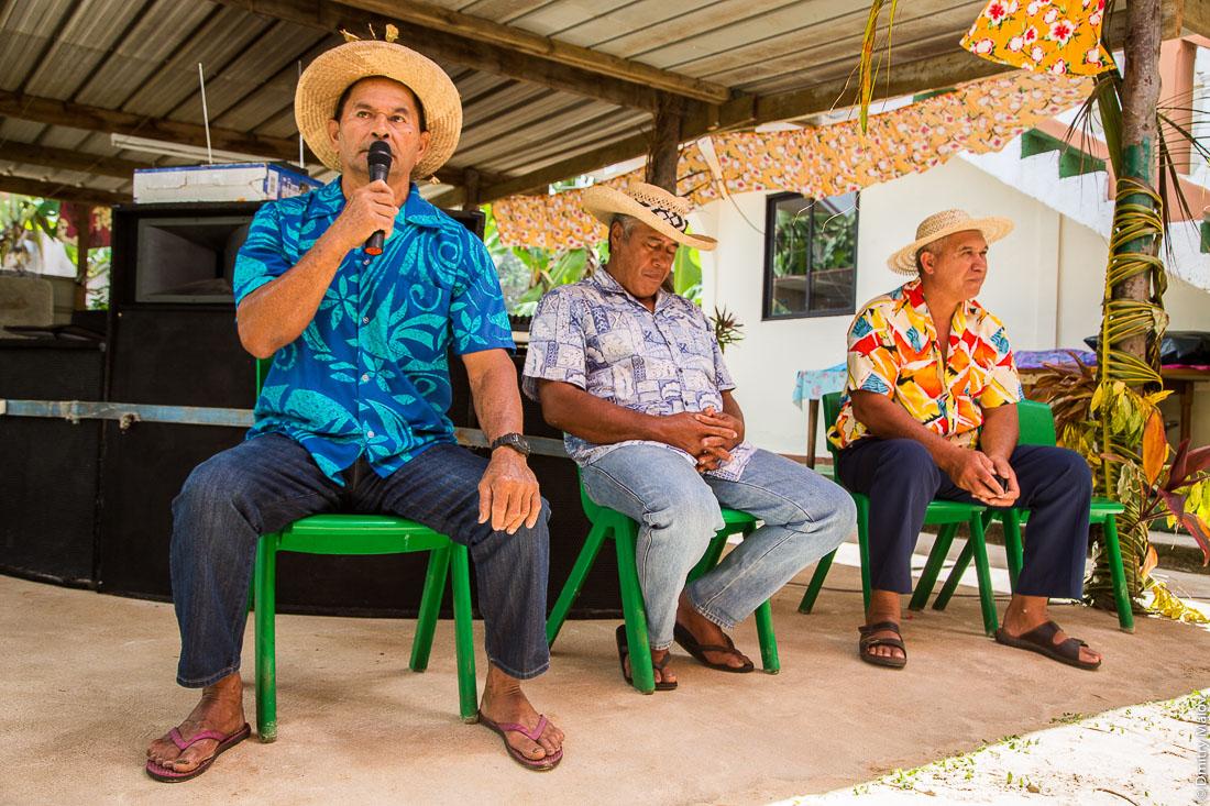 Тамада выступает на полинезийской свадьбе. Аути, остров Руруту, архипелаг Острал (Тубуаи), Французская Полинезия. Auti village, Rurutu, the Austral islands (Tubuai), French Polynesia. Polynesian Wedding, master of ceremonies, toastmaster