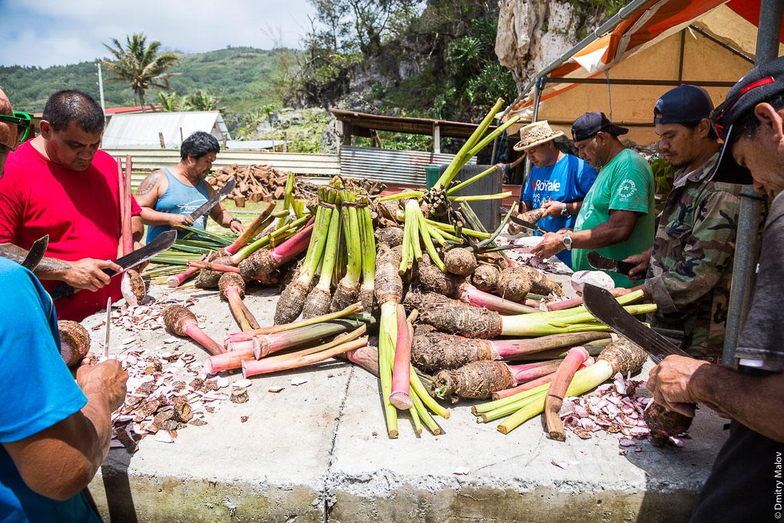 Полинезийские мужчины чистят таро. Деревня Хаути, остров Руруту, архипелаг Острал (Тубуаи), Французская Полинезия. Hauti village, Rurutu, the Austral islands (Tubuai), French Polynesia. Polynesian men are peeling taro.