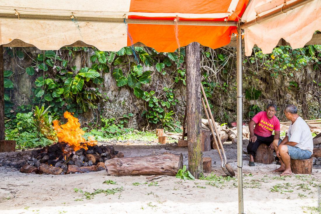 Полинезийская свадьба, готовят еду на пир на улице, на костре. Деревня Хаути, остров Руруту, архипелаг Острал (Тубуаи), Французская Полинезия. Hauti village, Rurutu, the Austral islands (Tubuai), French Polynesia. Polynesian wedding, cooking food at the stake for the feast, banquet