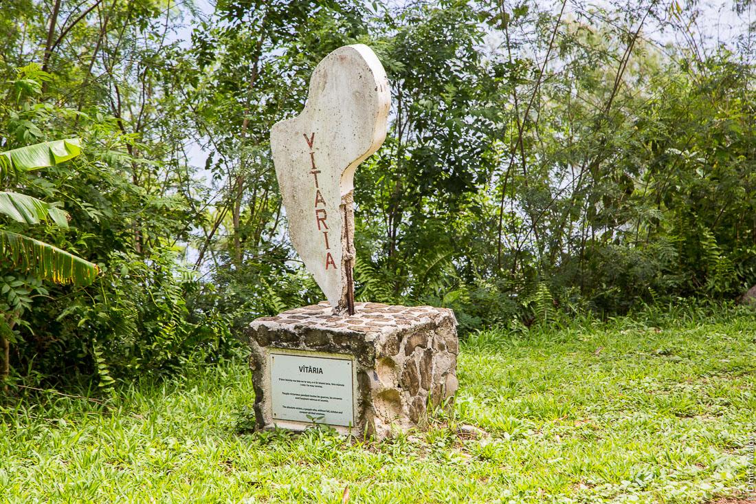Дорожный знак-стела Витариа. Остров Руруту, архипелаг Острал (Тубуаи), Французская Полинезия. Rurutu, the Austral islands (Tubuai), French Polynesia. Road sign, stela Vitaria