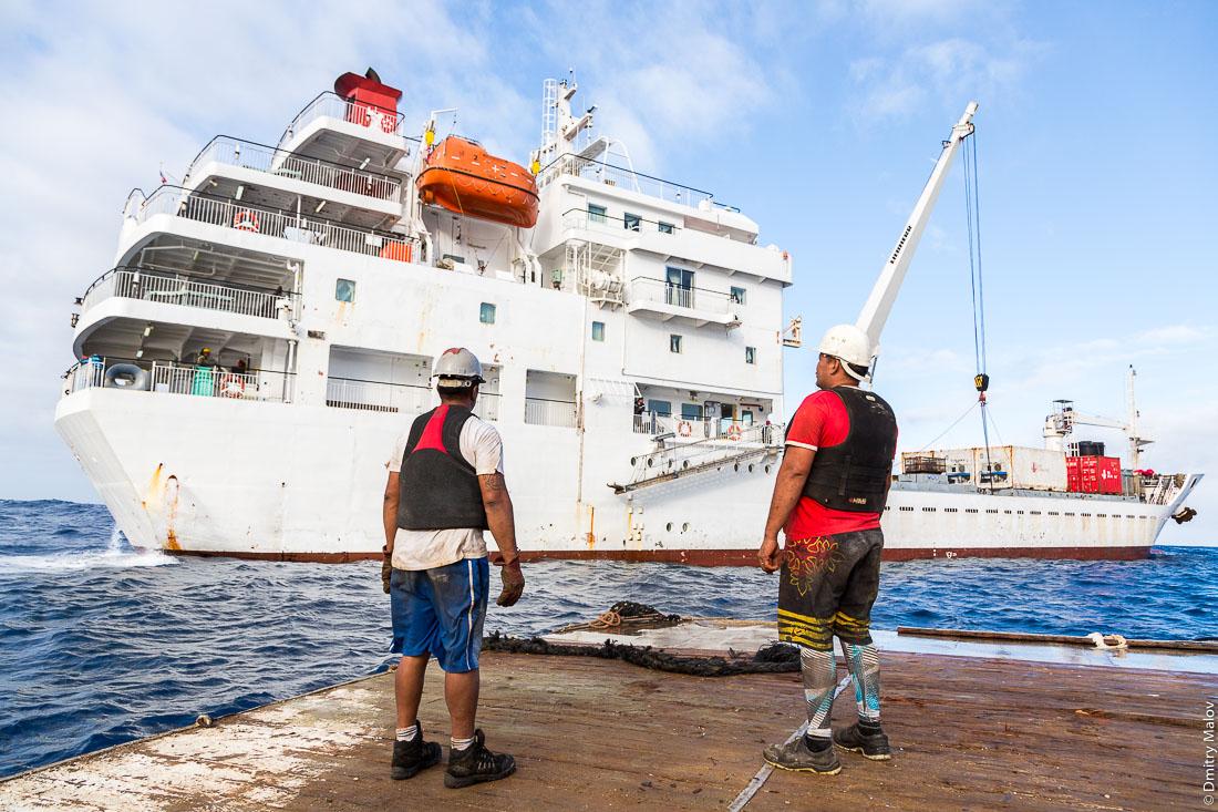 Покидаем Руруту на барже. Корабль Tuhaa Pae IV. Остров Руруту, архипелаг Острал (Тубуаи), Французская Полинезия. Rurutu island, Austral (Tubuai) Islands, French Polynesia. Leaving Rurutu on a barge. Tuhaa Pae IV.