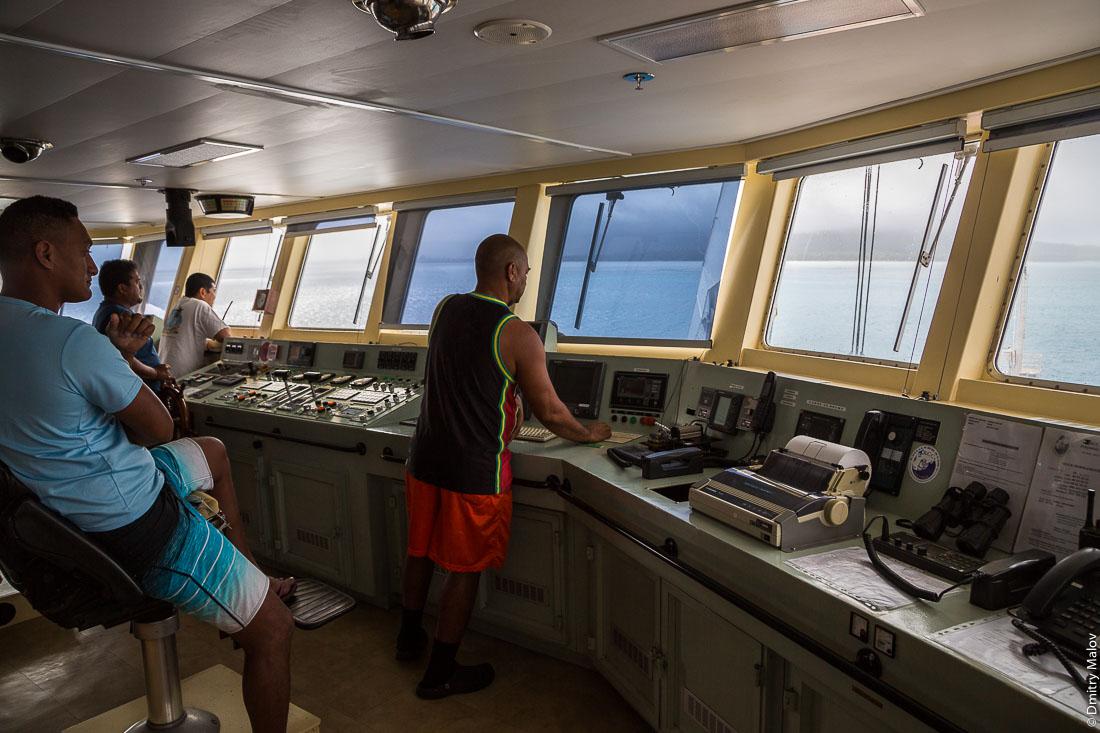 Капитанский мостик. Корабль Tuhaa Pae IV идёт через риф, остров Тубуаи, архипелаг Острал, Французская Полинезия. Ship bridge as Tuhaa Pae IV goes through a reef, Tubuai, the Austral islands, French Polynesia.
