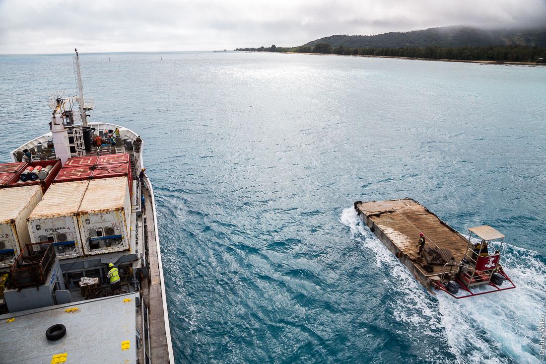 Корабль Tuhaa Pae IV и его баржа идут через риф, остров Тубуаи, архипелаг Острал, Французская Полинезия. Ship Tuhaa Pae IV and her barge go through a reef, Tubuai, the Austral islands, French Polynesia.
