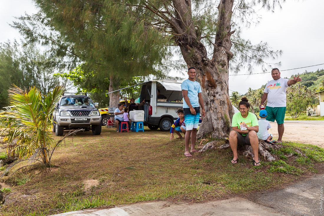 Местные жители в порту, остров Тубуаи, архипелаг Острал, Французская Полинезия. Local people of Tubuai at port, the Austral islands, French Polynesia.