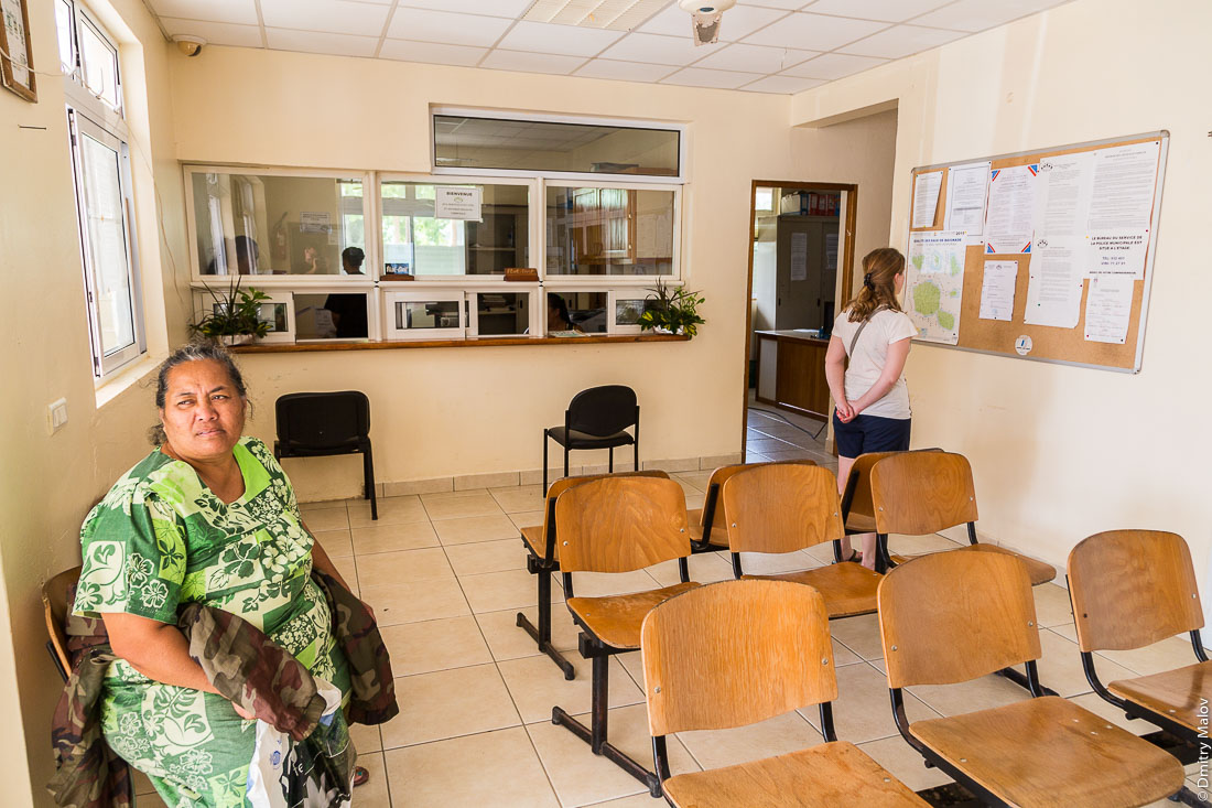 Внутри мэрии, посетители. Посёлок Матаура, остров Тубуаи, архипелаг Острал, Французская Полинезия. Mataura village, Tubuai, the Austral islands, French Polynesia. Visitors inside of Mairie.