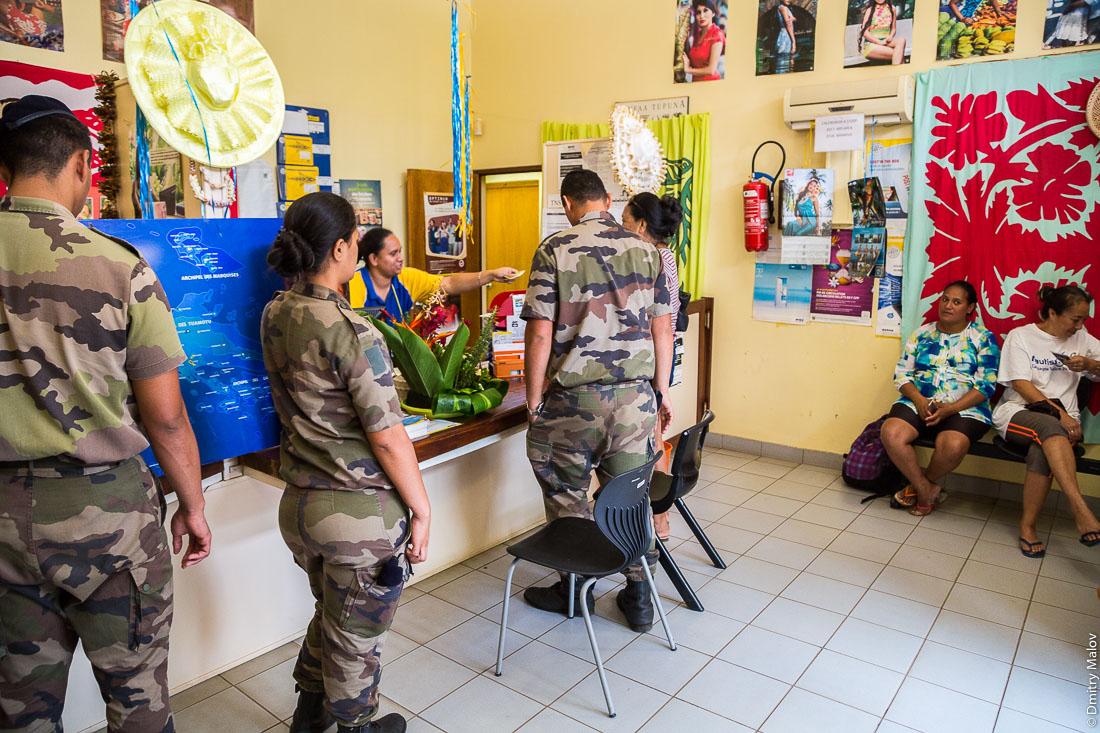Внутри почты, французские солдаты. Посёлок Матаура, остров Тубуаи, архипелаг Острал, Французская Полинезия. Mataura village, Tubuai, the Austral islands, French Polynesia. Inside the post, French soldiers
