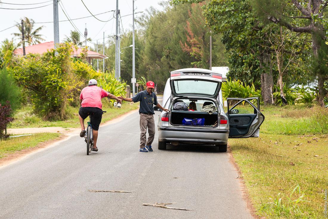 Сломанная машина на дороге. Вокруг острова Тубуаи, архипелаг Острал, Французская Полинезия. A broken car, around Tubuai island, the Austral islands, French Polynesia.