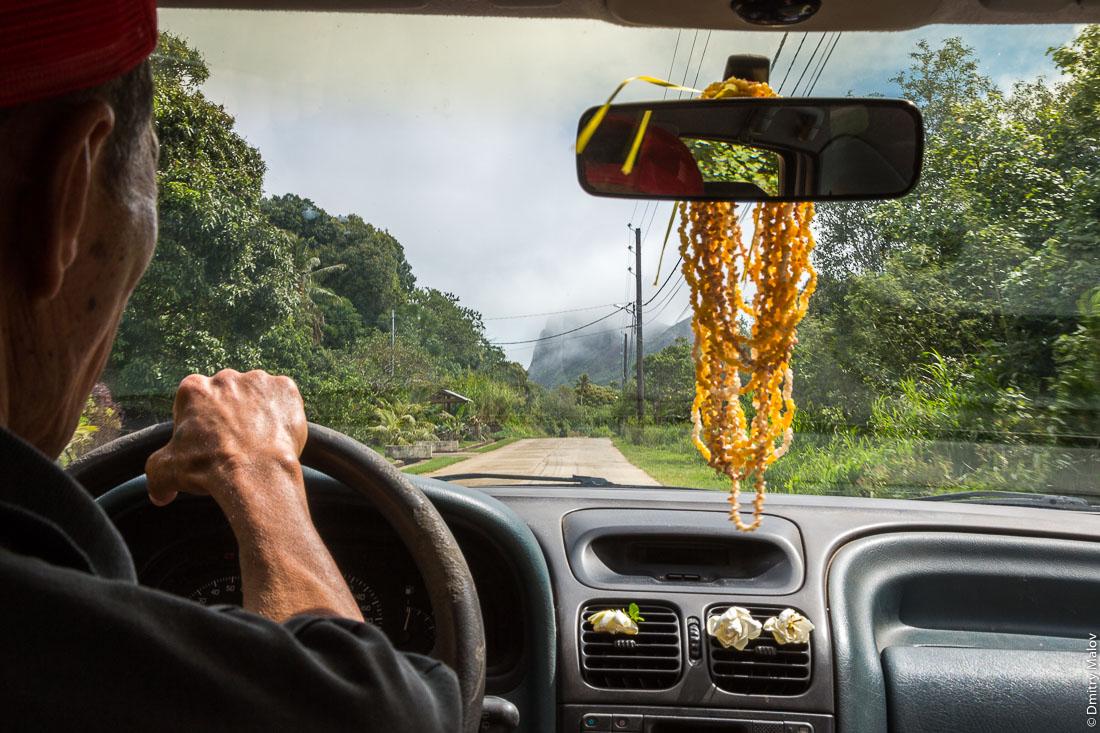 Внутри машины, снимок через ветровое стекло. Вокруг острова Тубуаи, архипелаг Острал, Французская Полинезия. Around Tubuai island, the Austral islands, French Polynesia.
