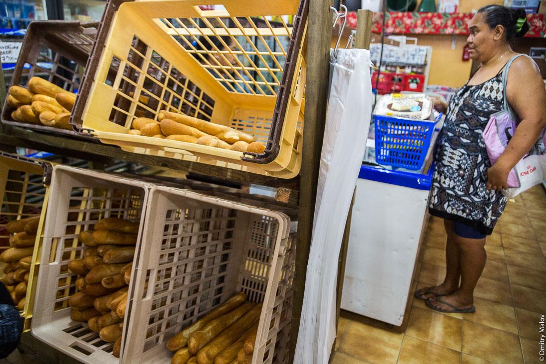 Внутри магазина. Посёлок Матаура, остров Тубуаи, архипелаг Острал, Французская Полинезия. Mataura village, Tubuai, the Austral islands, French Polynesia. Inside the Tien Hing Store