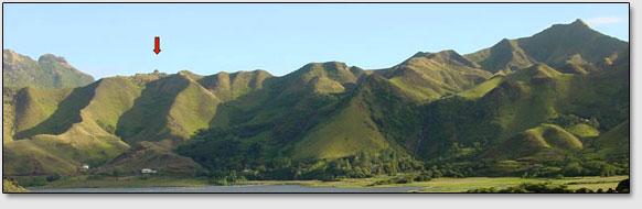 Вид на остров Рапа-Ити. Стрелкой показано положение руин Моронга Ута, раскопанных экспедицией Тура Хейердала.