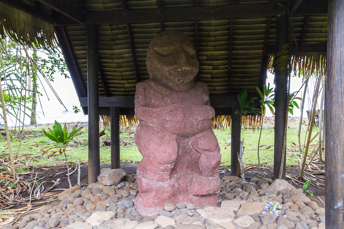 Moana, the (original) tiki from Raivavae island at the Gauguin Museum, Papeari, Tahiti. Моана, тики (оригинал) с острова Раиваваэ в музее Гогена в Папеари, Таити.