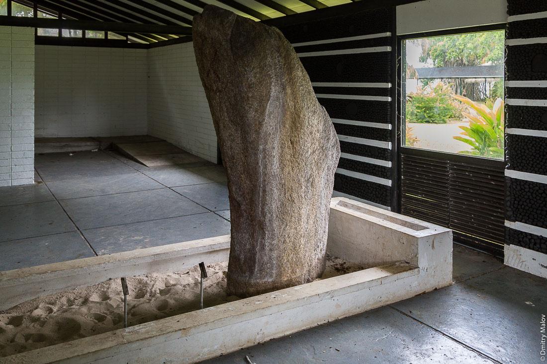 Залы закрытого на реконструкцию музея Гогена в Папеари, Таити. Halls of Gauguin Museum, closed for reconstruction, Papeari, Tahiti.