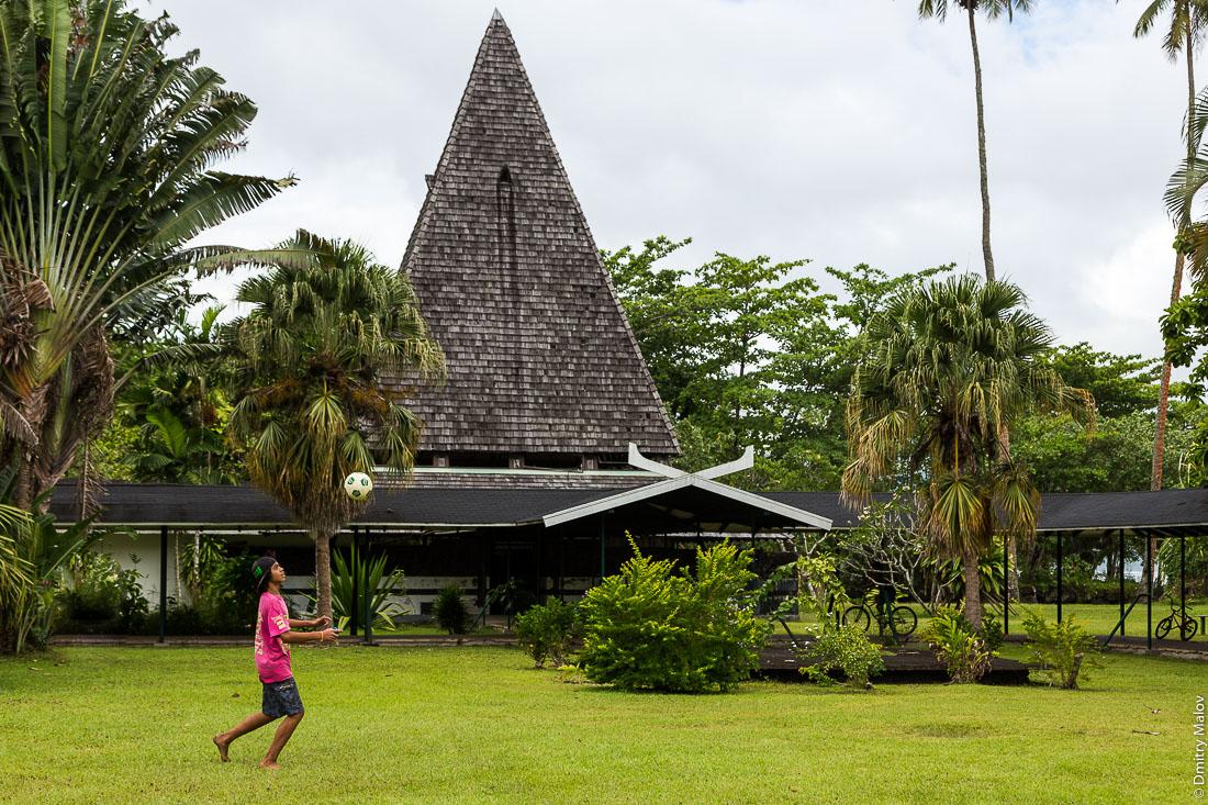 Территория закрытого на реконструкцию музея Гогена в Папеари, Таити. The garden of Gauguin Museum, closed for reconstruction, Papeari, Tahiti.