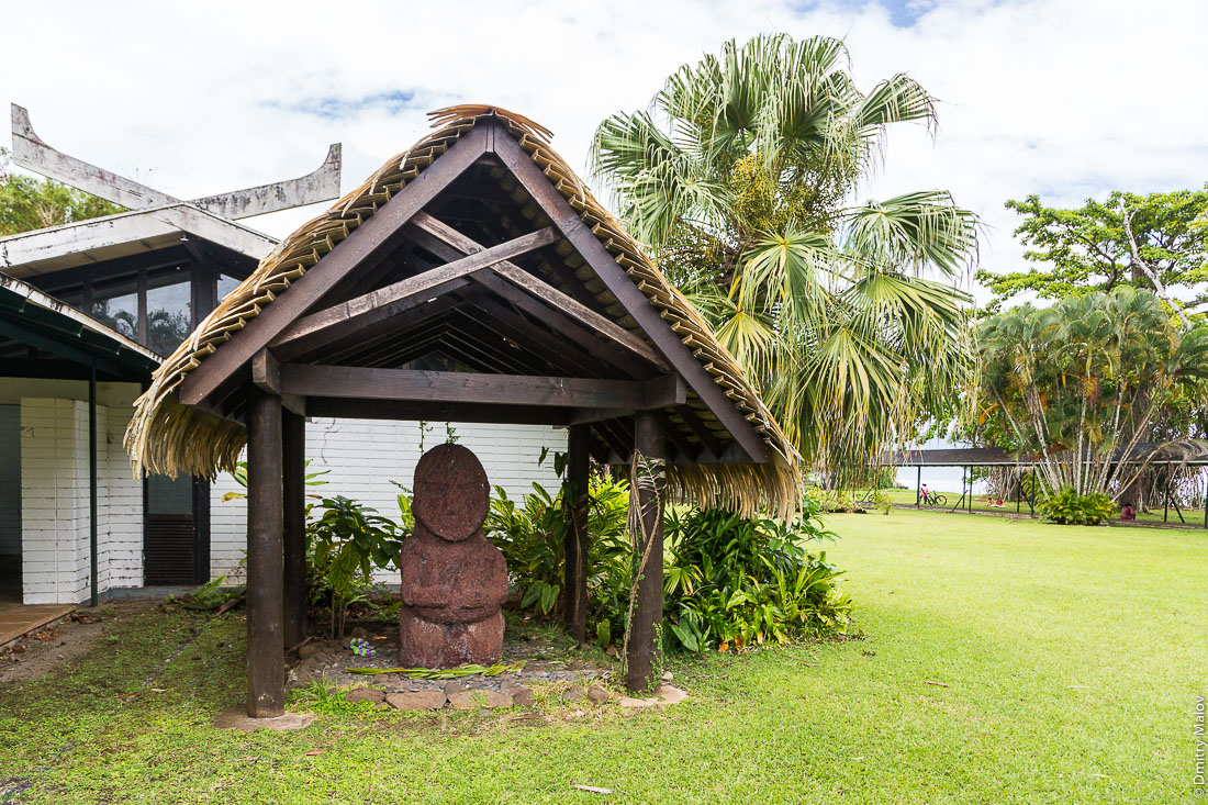Heiata, the (original) tiki from Raivavae island at the Gauguin Museum, Papeari, Tahiti. Хеиата, тики (оригинал) с острова Раиваваэ, в музее Гогена в Папеари, Таити.