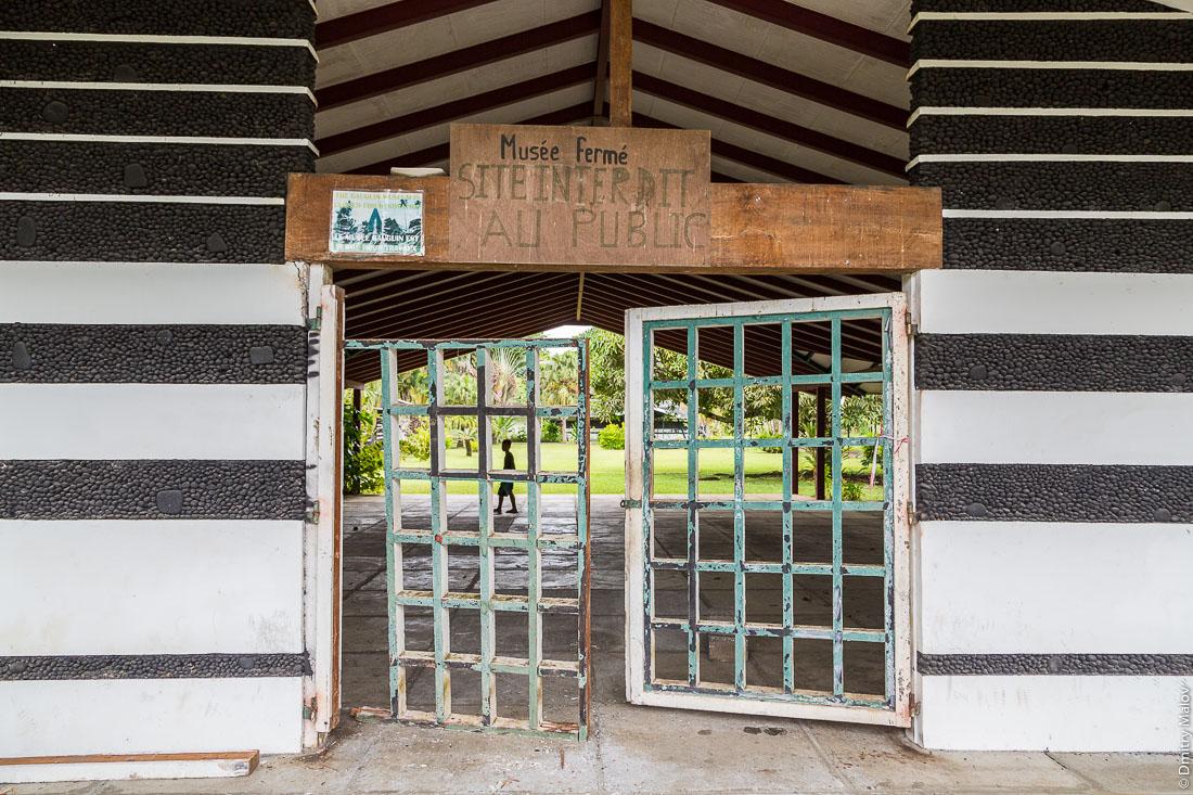 Ворота закрытого на реконструкцию музея Гогена в Папеари, Таити. Doors of Gauguin Museum, closed for reconstruction, Papeari, Tahiti.