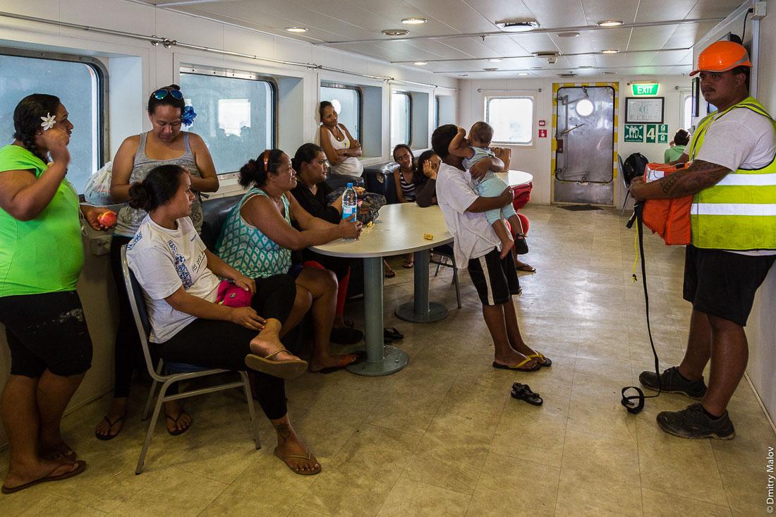 Корабль Tuhaa Pae IV в порту Матаура, остров Тубуаи, архипелаг Острал, Французская Полинезия. Учения пассажиров по эвакуации с корабля. Ship Tuhaa Pae IV unloading in the port of Mataura, Tubuai, the Austral islands, French Polynesia. A muster drill