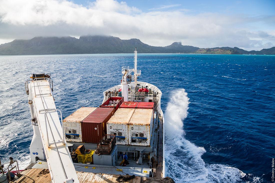 Корабль Tuhaa Pae IV прибывает на остров Райвавае, архипелаг Тубуаи (Острал), Французская Полинезия. Arriving to Raivavae island on board of ship Tuhaa Pae IV, the Tubuai/Austral islands, French Polynesia.