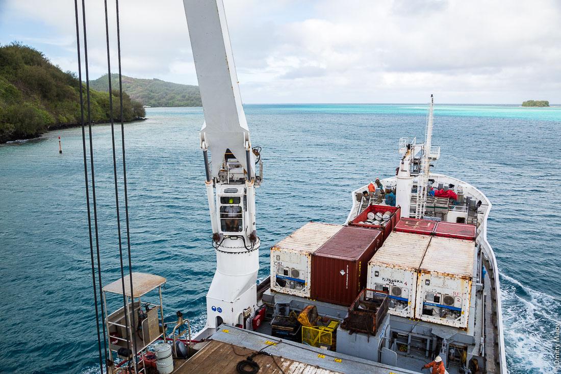 Корабль Tuhaa Pae IV прибывает на остров Раиваваэ, архипелаг Тубуаи (Острал), Французская Полинезия. Arriving to Raivavae island on board of ship Tuhaa Pae IV, the Tubuai/Austral islands, French Polynesia.