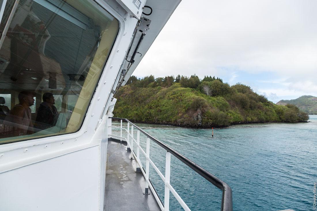 Мостик. Корабль Tuhaa Pae IV прибывает на остров Раиваваэ, архипелаг Тубуаи (Острал), Французская Полинезия. Arriving to Raivavae island on board of ship Tuhaa Pae IV, Tubuai/Austral islands, French Polynesia. The Bridge.