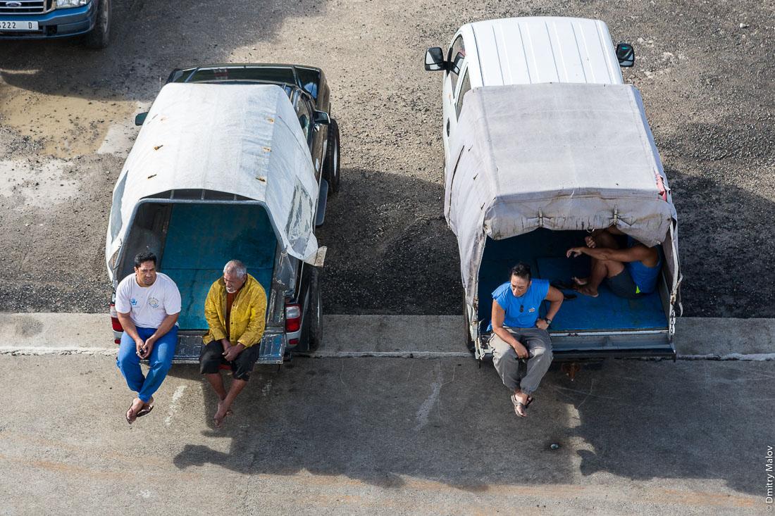 Встречающие в порту Раируа. Остров Раиваваэ, архипелаг Тубуаи (Острал), Французская Полинезия. Arriving to Raivavae island on board of ship Tuhaa Pae IV, Tubuai/Austral islands, French Polynesia. Local people at port of Rairua.