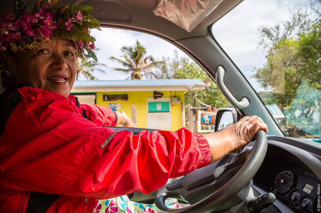 На машине вокруг острова Раиваваэ, архипелаг Тубуаи (Острал), Французская Полинезия. Driving around Raivavae island, Tubuai/Austral islands, French Polynesia.